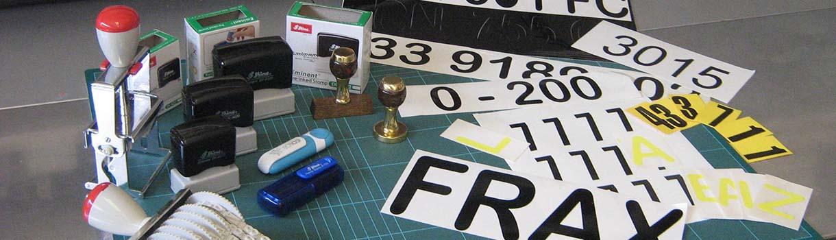 Produzione di stampe adesive, biglietti da visita e timbri personalizzati.